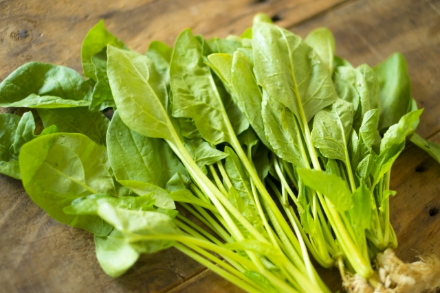 ほうれん草とサラダほうれん草の違いは生食できるかと栄養価の差?