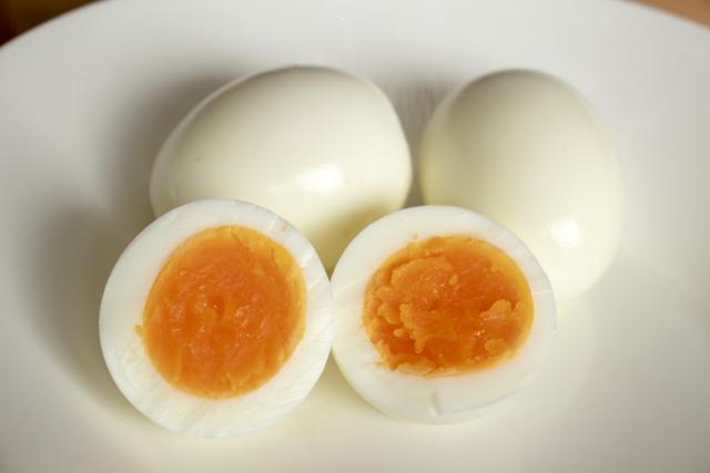 ゆで卵の氷水の目安時間と冷やすと簡単に殻が剥ける理由とは?