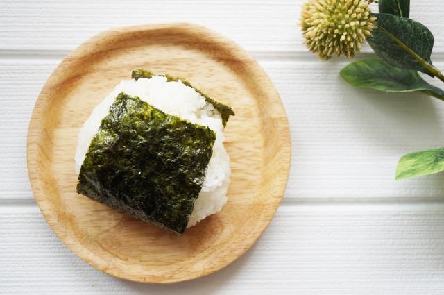 海苔に裏表があるの?おにぎりや手巻き寿司に使う向きや代用品は?